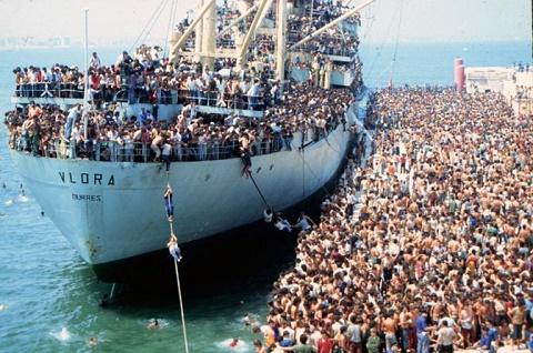 BARI - 1991 agosto 1991  LO SBARCO DELLA MOTONAVE VLORA CARICA DI CLANDESTINI ALBANESI -   La nave vlora in porto - foto Arcieri - Quaranta