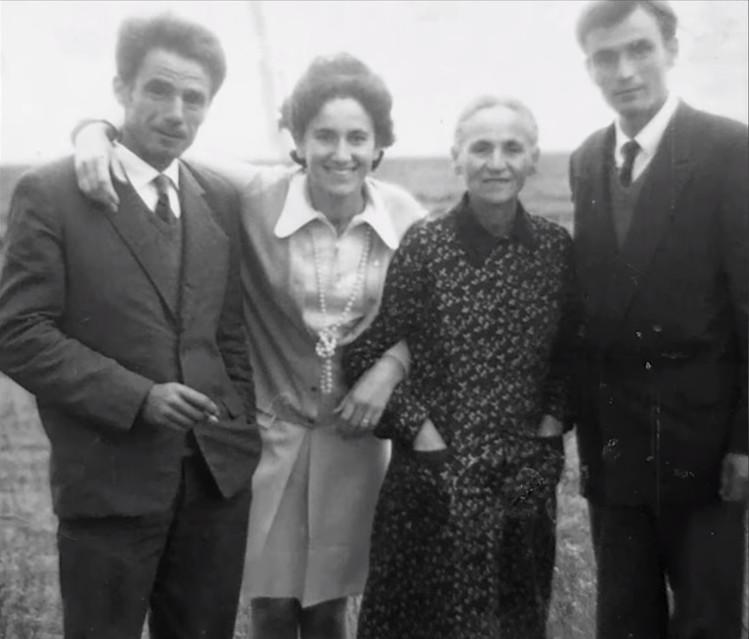 Moisi, Dolores, Xhina, Leka në Gradishte