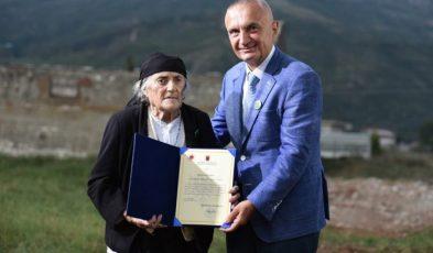 Gjelë Gjikola merr dekoratën nga presidenti Ilir Meta