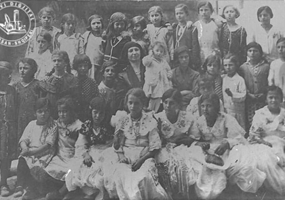 Viti 1932. Në foto (në qendër) gjyshja ime me nxënësit e saj. Fëmija që mban në krahë është mama ime.