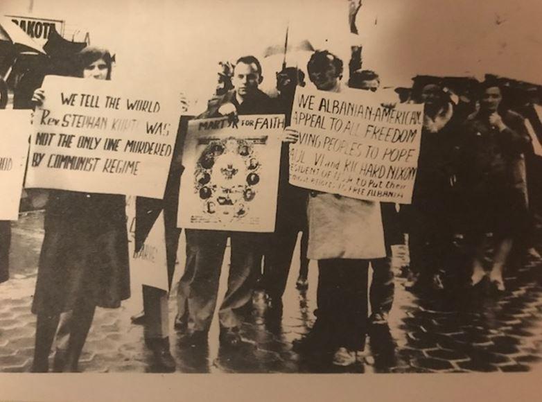 """Demostrues me plakarta: """"Njoftojmë botën se At Shtjefën Kurti nuk është i vetmi që është pushkatuar nga regjimi komunist"""" ; """"Ne shqiptaro-amerikanët u bëjmë thirje të gjithë njerëzve liridashës, Papës, Presidentit Richard Nixon…"""""""